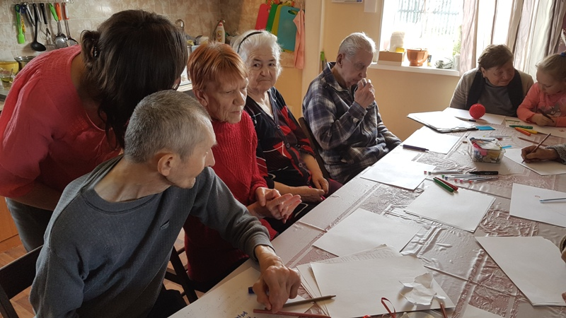 Психолог внимательно слушает пожилых