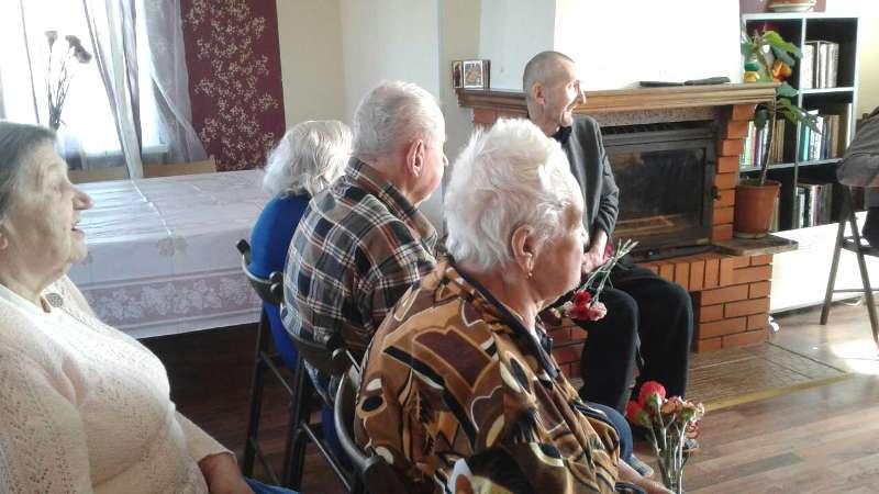 Пенсионеры наслаждаются музыкой