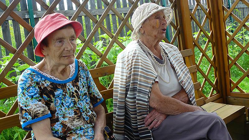 Пенсионеры слушают баяниста