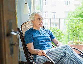 Выбираем кресло качалку для пожилых
