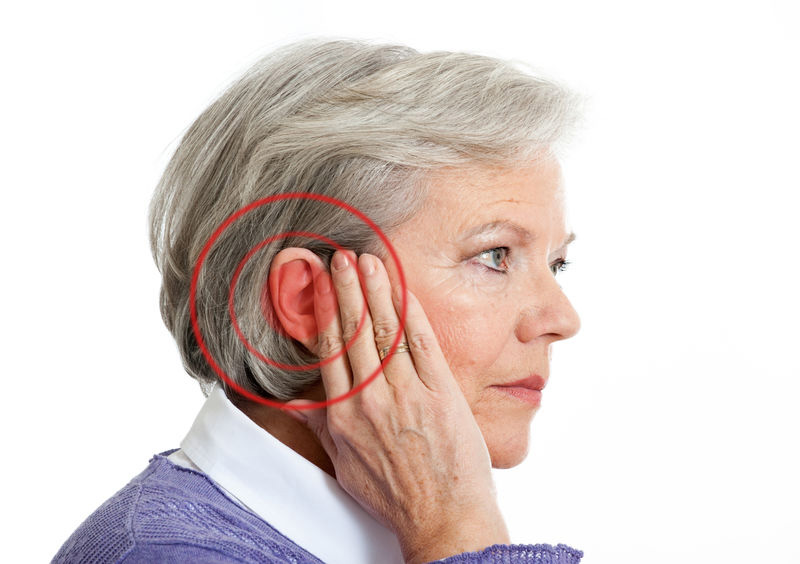 Шумы в ушах у пожилого человека
