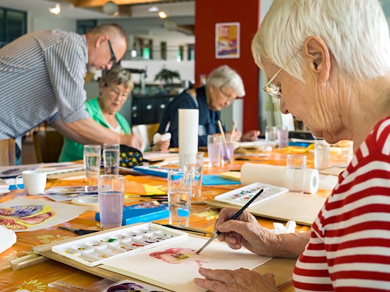 Пожилые люди рисуют