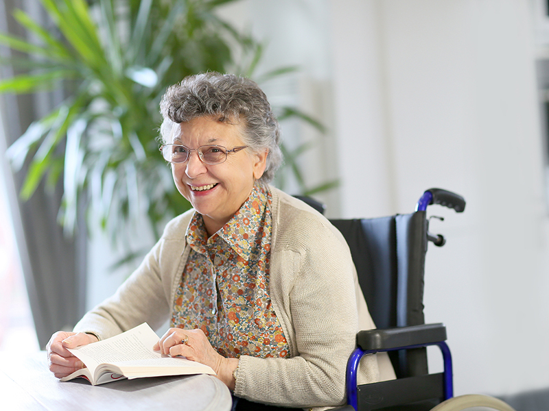женщина в инвалидном кресле
