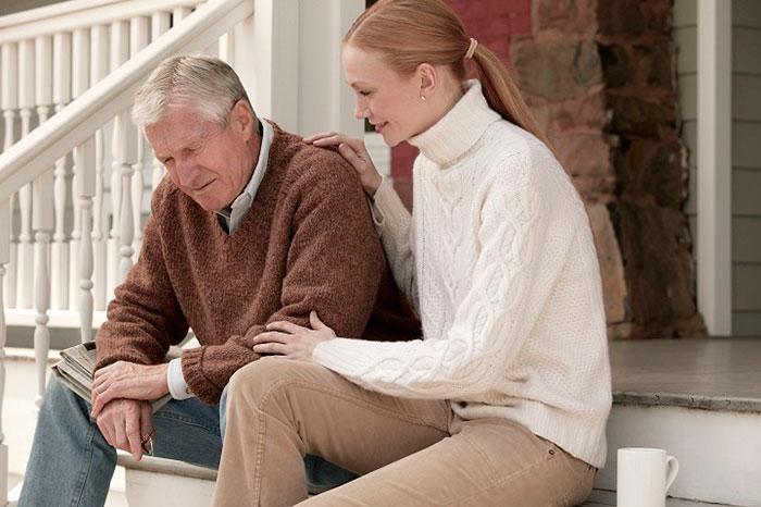 Пожилой человек слышит голоса в голове