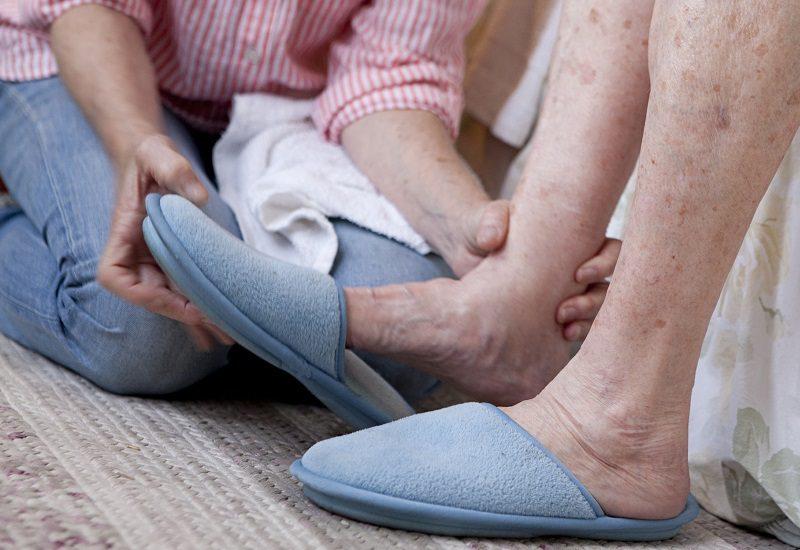 Ласки ступнями ног девушкой дрочил