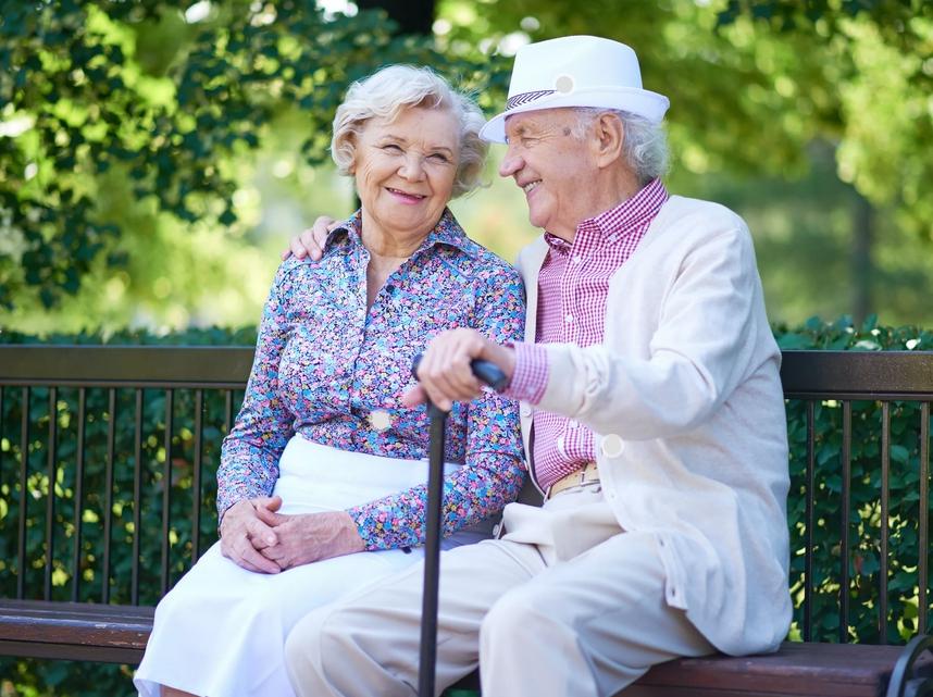 Пожилые люди отдыхают