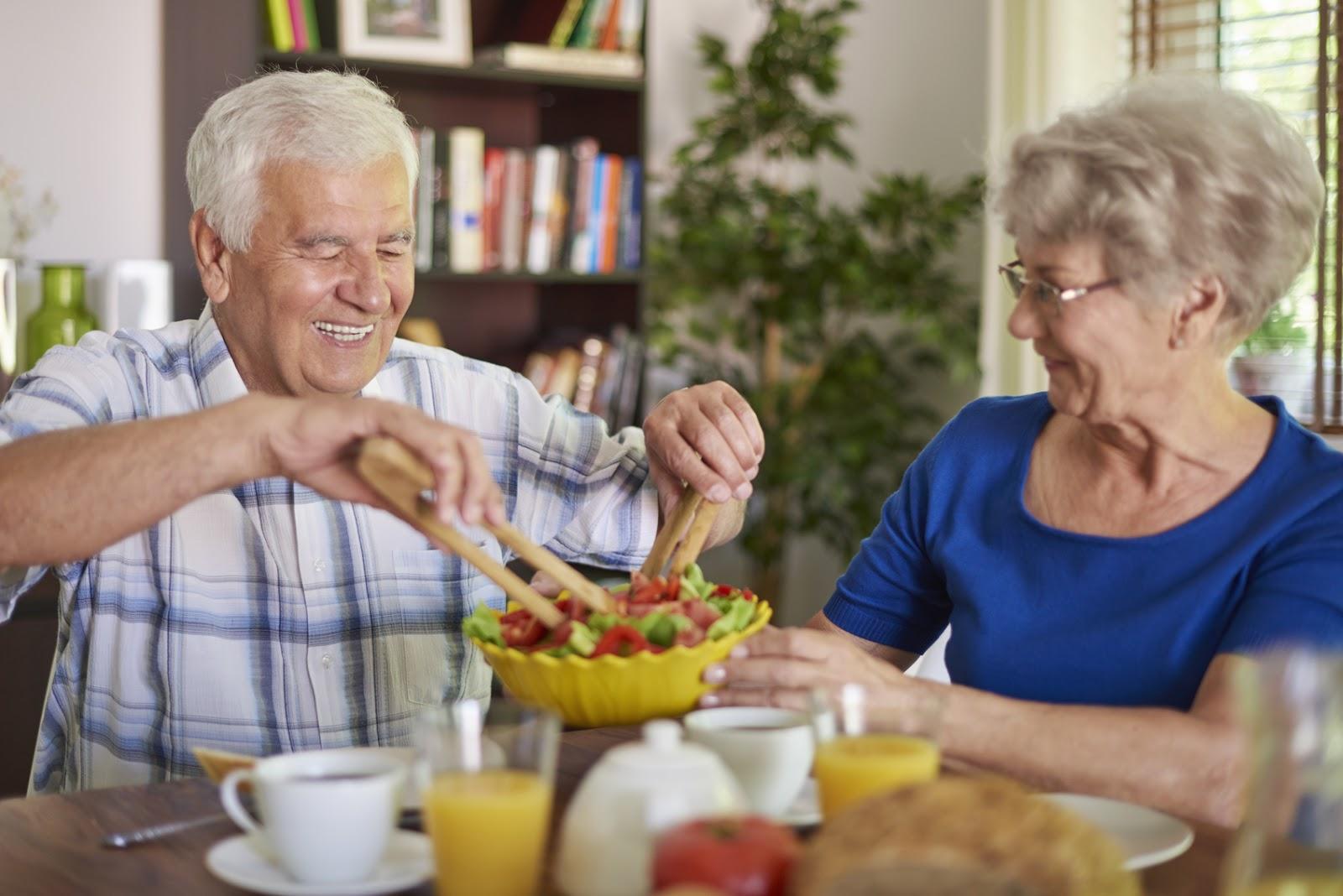 Пожилые люди на обеде