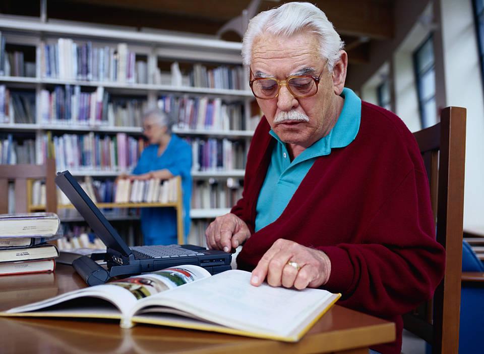 Обучение пожилого мужчины