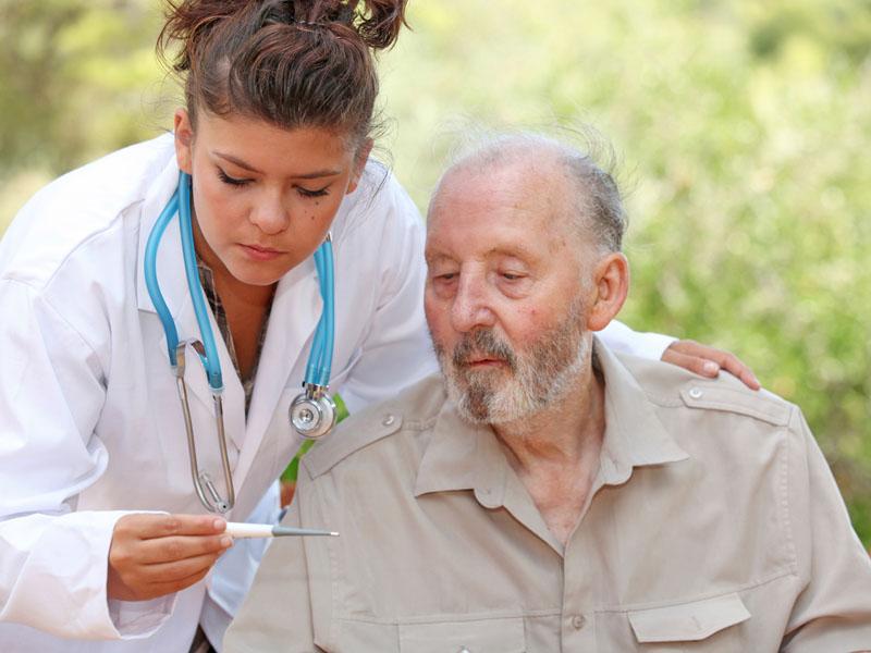 Медицинская работница и пожилой мужчина