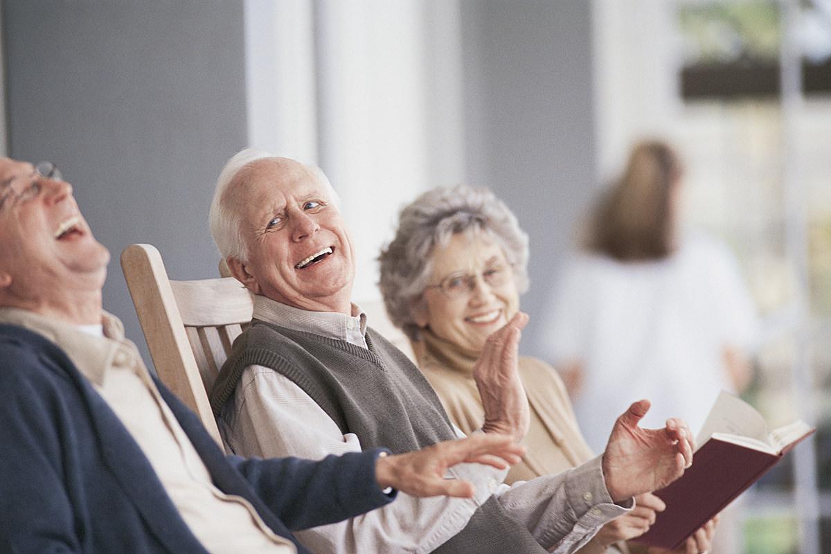 Пожилые мужчины и женщины улыбаются
