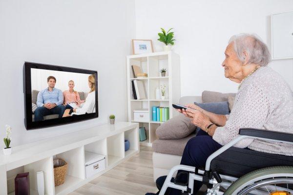 Пожилая женщина смотрит кино